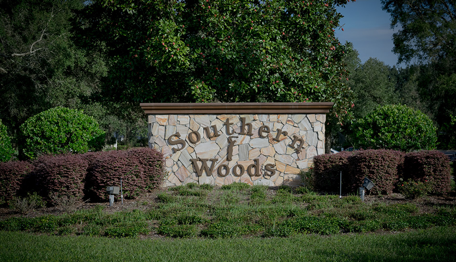 The sign for Southern Woods Golf Club is center-frame.
